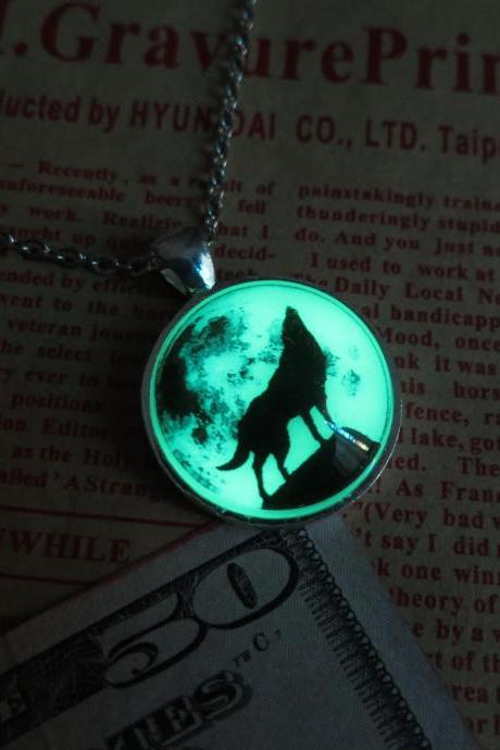 Free shipping Green Moon wolf, Wolf necklace, prom jewelry, party jewelry,Glow in the dark Green necklace,Glowing Pendant Necklace